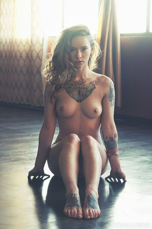 naked-sexy-tattoo-girl-4